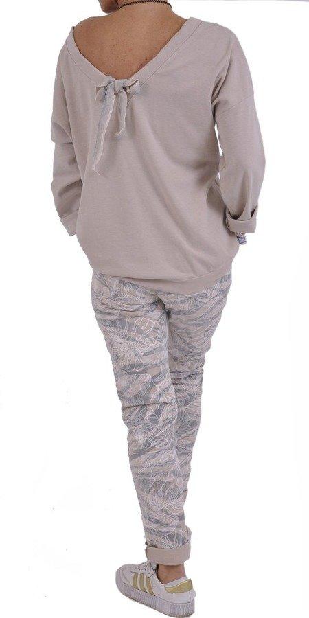 Beżowa bluza w napisy z dekoltem na plecach