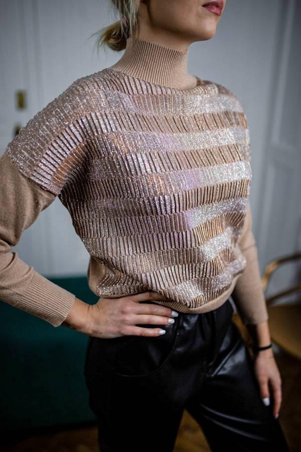 Beżowy sweterek golf ze złotymi ozdobnymi pliskami