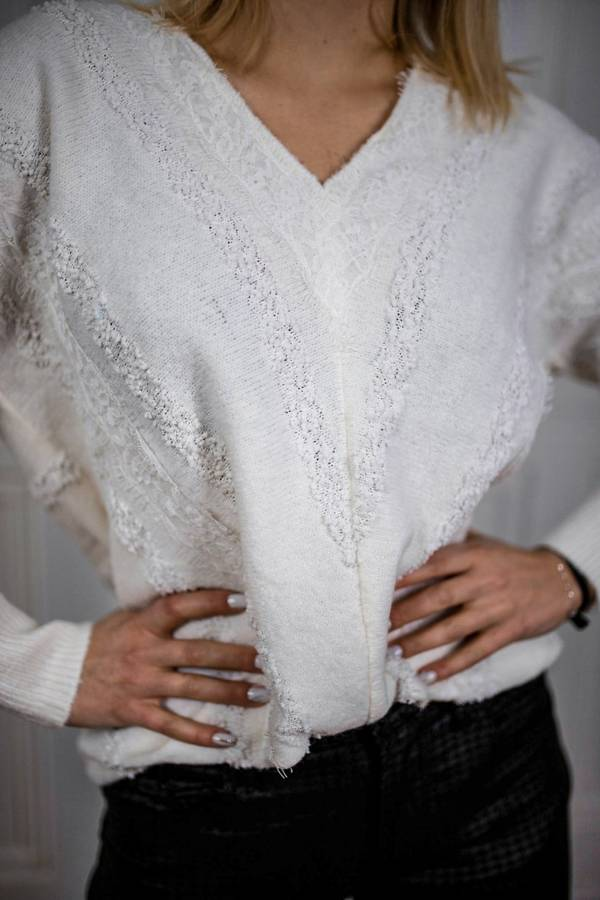 Biały kobiecy sweterek z dodatkiem koronki