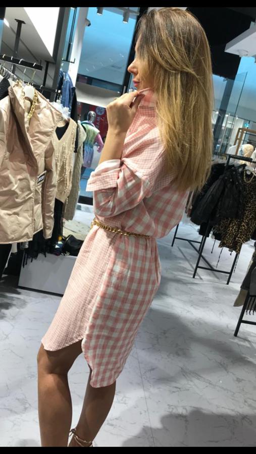 Delikatna sukienka o kroju koszuli w różową kratkę