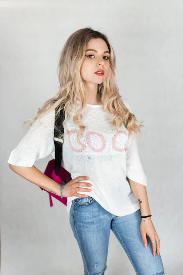Delikatny biały sweter z napisem COCO