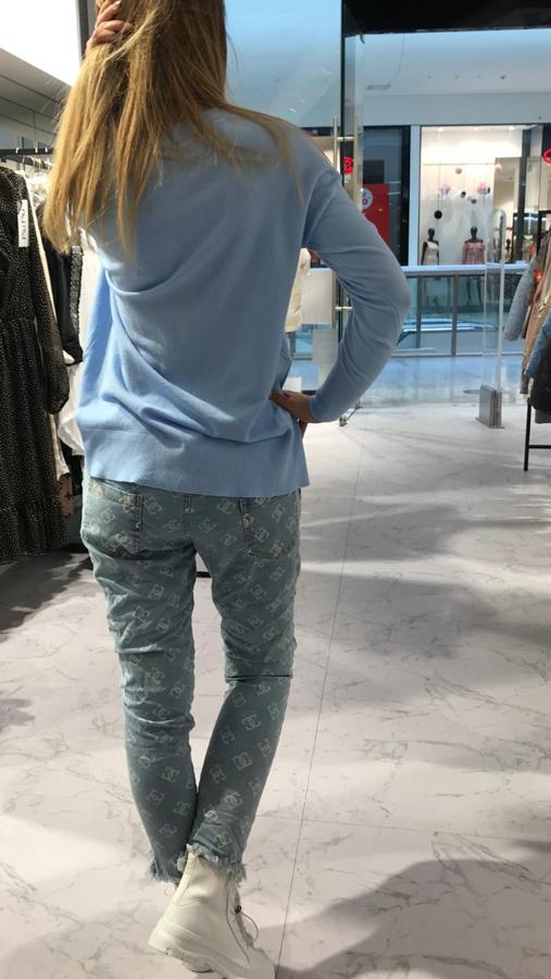 Mięciutki niebieski sweterek V wycięcie