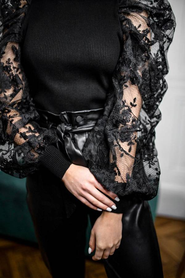 Nietuzinkowa czarna bluzka z koronkowymi rękawami