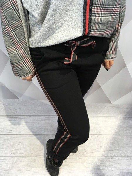 Spodnie czarne z czerwonym lampasem