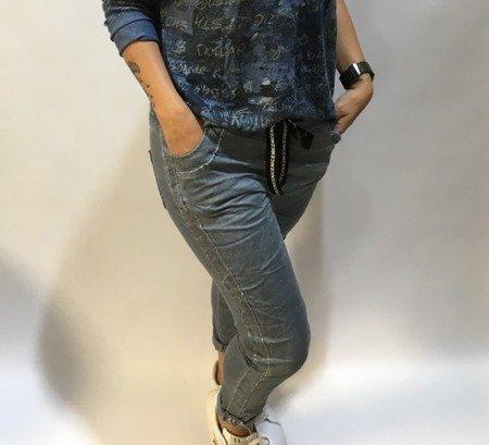 Spodnie niebieskie ze srebrnym lampasem.