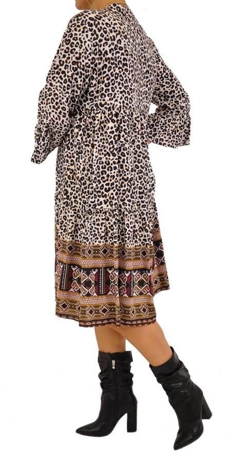 Sukienka wzór pantera oraz etniczne dodatki