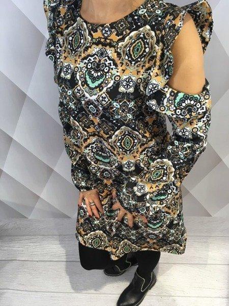 Sukienka wzorzysta  z odkrytymi ramionami