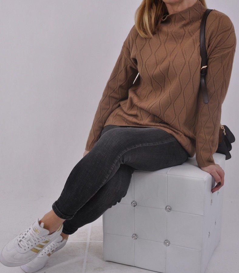 Sweter camelowy stójka wytłaczany wzór