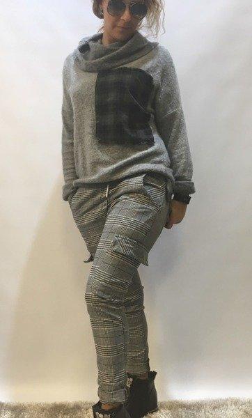 Sweter z naszywką w kratę