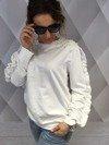 Bluza biała z perłami i falbaną.
