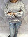 Bluza szara z perłami na rękawach.