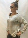 Sweter z gwiazdą i perłami beżowy